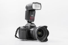 HOMIEL', BIELORUSSIA - 12 maggio 2017: Macchina fotografica di Canon 6d con la lente su un fondo bianco Canon è del mondo il più  Fotografia Stock Libera da Diritti