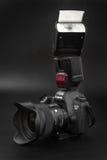HOMIEL', BIELORUSSIA - 12 maggio 2017: Macchina fotografica di Canon 6d con la lente su un fondo nero Canon è del mondo il più gr Immagini Stock