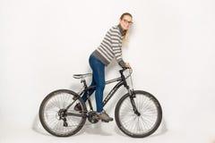 HOMIEL', BIELORUSSIA - 12 maggio 2017: PISTA del mountain bike su un fondo bianco La ragazza sta guidando Immagini Stock Libere da Diritti