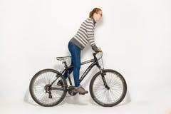 HOMIEL', BIELORUSSIA - 12 maggio 2017: PISTA del mountain bike su un fondo bianco La ragazza sta guidando Immagini Stock