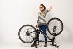 HOMIEL', BIELORUSSIA - 12 maggio 2017: PISTA del mountain bike su un fondo bianco La ragazza sta guidando Fotografie Stock Libere da Diritti