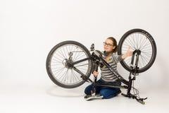 HOMIEL', BIELORUSSIA - 12 maggio 2017: PISTA del mountain bike su un fondo bianco La ragazza sta guidando Fotografie Stock