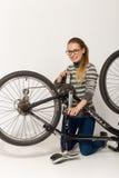 HOMIEL', BIELORUSSIA - 12 maggio 2017: VIAGGIO del mountain bike su un fondo bianco La ragazza sta riparando Immagini Stock Libere da Diritti
