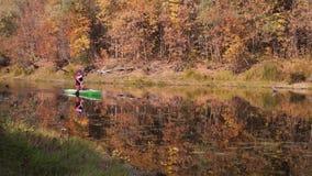 Homiel', Bielorussia - 3 ottobre 2016: sport acquatici formazione dell'atleta in una canoa su open water archivi video