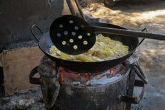 Hommade chipsy dalej otwierali ogień w Mombasa Kenja obraz royalty free
