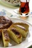 Hommade süßes Brot mit heißem türkischem Tee Lizenzfreie Stockfotos