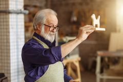 Hommage émouvant pour des enfants le vieillard a créé le cadeau du bois naturel images stock