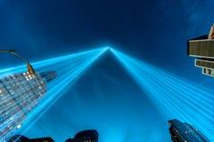 Hommage dans les faisceaux lumineux du mémorial léger. Photographie stock libre de droits