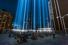 Hommage dans les faisceaux lumineux du mémorial léger. Image stock