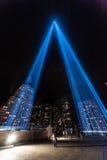 Hommage dans les faisceaux lumineux du mémorial léger. Images libres de droits
