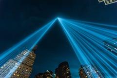 Hommage dans les faisceaux lumineux du mémorial léger. Images stock