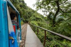 Homme à bord du petit train de touristes dans Wulai Image stock