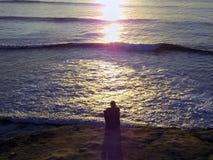Homme à côté de l'océan Photo stock