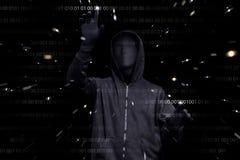 Homme à capuchon avec le masque anonyme entaillant la sécurité des systèmes binaire Co image stock