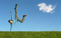 Homme à disposition sur le ciel bleu photo stock