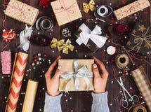 Homme à disposition tenant le boîte-cadeau de nouvelle année Photos stock