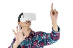 Homme à l'aide d'un casque de VR et éprouvant la réalité virtuelle image stock