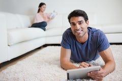 Homme à l'aide d'un ordinateur de tablette Photographie stock libre de droits