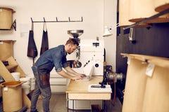 Homme à l'aide d'un ordinateur portable dans l'espace de travail moderne avec des machines Photo stock