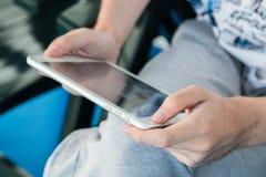 Homme à l'aide d'un PC de tablette Photographie stock libre de droits