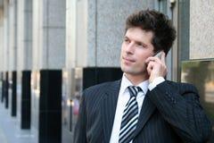 Homme à l'aide d'un téléphone portable Images stock