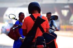 Homme à l'aide d'un téléphone portable se reposant sur une photographie d'actions de vélo Images libres de droits