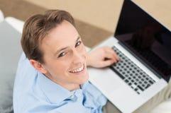 Homme à l'aide de l'ordinateur portable photographie stock libre de droits