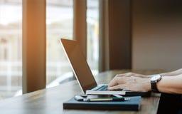 Homme à l'aide de l'ordinateur portable au café Images libres de droits