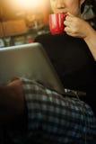 Homme à l'aide de l'ordinateur portable dans la maison avec la tasse de café Photos libres de droits