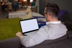 Homme à l'aide de l'ordinateur portable dans le bureau de démarrage Photographie stock