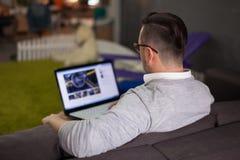 Homme à l'aide de l'ordinateur portable dans le bureau de démarrage Photos libres de droits