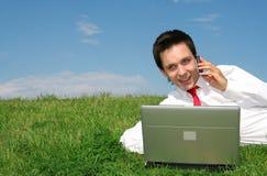 Homme à l'aide de l'ordinateur portatif à l'extérieur Photographie stock