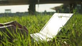 Homme à l'aide de l'ordinateur portatif banque de vidéos