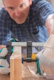 Homme à l'aide de la bride de barre dans un warkshop Image stock
