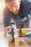 Homme à l'aide de la bride de barre dans un warkshop Images stock