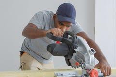 Homme à l'aide de la scie de circulaire photos libres de droits
