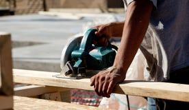 Homme à l'aide de la scie de circulaire sur le bois photo libre de droits
