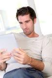 Homme à l'aide de la tablette électronique Images stock