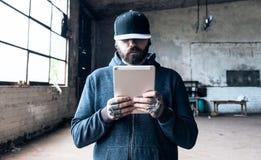 Homme à l'aide de la tablette photo libre de droits
