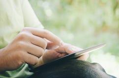 Homme à l'aide de la tablette Photographie stock libre de droits