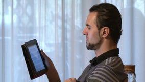 Homme à l'aide de la tablette digitale banque de vidéos