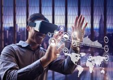 Homme à l'aide du casque de réalité virtuelle avec des icônes de mise en réseau Image stock