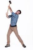 Homme à l'aide du marteau de forgeron Image stock