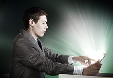 Homme à l'aide du PC de tablette Photo stock