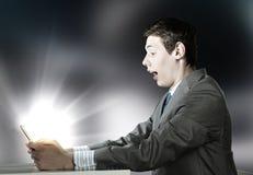 Homme à l'aide du PC de tablette Photos stock