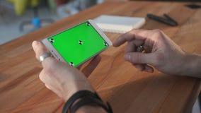 Homme à l'aide du smartphone avec l'écran vert à la table banque de vidéos