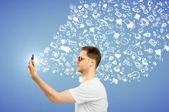 Homme à l'aide du smartphone avec le croquis Images stock