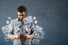 Homme à l'aide du smartphone avec le réseau d'email image stock