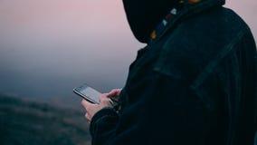 Homme à l'aide du téléphone sur le fond de mer Plan rapproché d'un Européen à l'aide du téléphone Orientation peu profonde Image libre de droits