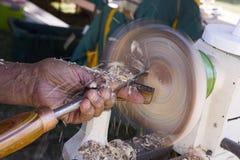 Homme à l'aide du tour en bois Photographie stock